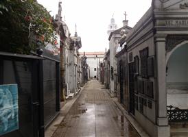 1882년에 개설된 부에노스아이레스에서 가장오래된 묘지이다. 전세계에서 가장 예술적이라고 하는 3대묘지중 하나이다. 생전과 마찬가지로 죽은후에 묻히는곳, 즉 묘가 있는곳에 장소에 따라 등급이 평가되는 이나라에서 이곳은 영원한 잠을자는 아르헨티나인들의 최고급 주택가라고 할수 있을것이다. 전설의 여인 에비타 (Maria Eva duarte de peron) 전 대통령 부인도 이곳에 묻혀있다.