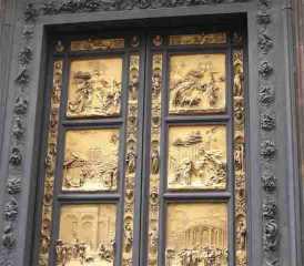 두오모 앞에 서있는 화려한 팔각형 건물은 피렌체의 수호성인에게 바쳐진 산죠반니 세례성당이다. 이것은 2-5세기경에 지어진 로마 시대 교회터에 다시 지은 것으로 세례당의 3개 청동문 보조가 유명하다. 그 중 남문은 세례자 성 요한의 생애를 주제로 피사노가 조각한 것으로 1330년에 만들어졌으며 가장 오래되었다. 북문은 1403년부터 21년간 걸쳐 신약 성서를 내용으로 만들었고 대성당과는 달리 로마네스크 양식으로 지어진 이 세례 성당에서는 천국의 문이라고 부르는 동문을 1425년부터 28년에 걸쳐 만들어졌으며 15세기 로렌초 기베르티의 작품인 하려하고 아름다운 조각을 구약 성서에서 따온 내용을 모티브로 삼고 있다. 현재 천국의 문의 진품은 대성당 박물관에 소장되어 있으며 세례 성당에 놓인 것은 복제품이지만 진품의 세밀함과 예술성은 거의 완벽하게 되살렸다.