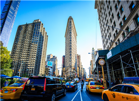 브로드웨이와 5번가, 그리고 23스트리트가 만나는 지점에 자리해 있다.  설계 당시 이름은 풀러 빌딩(Fuller Building)이었으나, 건물 모양이 다리미를 닮았다고 하여 플랫 아이언 빌딩으로 불리게 되었다. 미국 유명 건축가인 대니얼 번햄(Daniel Burnham)의 보자르 건축 양식의 건물이며, 1902년 완공되었다.  다양한 방송 프로그램 및 광고에서 뉴욕을 나타내는 건물로 등장하며, 인근에 매디슨 스퀘어 파크가 있다. 다리미 모양의 외형을 가진 건물로는 1892년 건설된 캐나다 토론토의 구더햄 빌딩(Gooderham Building), 1897년 건설된 미국 애틀란타주의 잉글리시-아메리칸 빌딩(English-American Building) 등이 있으나, 규모는 플랫 아이언 빌딩에 비해 작다.