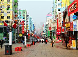 ☆타이둥의 명동, 가장 번화한 쇼핑거리☆ 타이동 거리(타이둥 보싱찌예)는 중산고원 북쪽에 위치하였으며, 칭다오에서 가장 번화한 거리이다. 서울의 명동 같다고나 할까..! 칭다오 시를 동서로 자로 지르는 옌안루와 북동쪽으로 뻗어나간 웨이하이루가 만나는 사통팔달 지역이라 교통이 편리하고 대현 쇼핑 센터가 밀집해 있어서 평일에도 수많은 인파로 북적인다. 대표적인 쇼핑센터로는 리췬백화점, 완다상가 등이 있다.